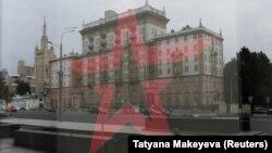 Посольство США в Москве – отражение в витрине военного магазина