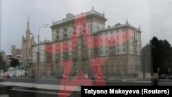 Вид на здание американского посольства в Москве.