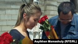 Мөлдір Адилова 15 күндік қамаудан шыққан кезде оны қарсы алған белсенділер арасында Ермек Нарымбаев та болды. Алматы, 2 маусым 2016 жыл.