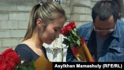 Гражданский активист Ермек Нарымбаев с цветами встречает Мольдир Адилову (слева) после ее выхода из спецприемника для административно арестованных, где она пробыла 15 суток по обвинению в призывах к участию в несанкционированном митинге. Алматы, 2 июня 2016 года.