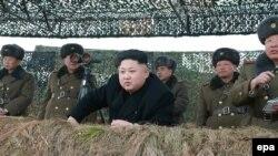 Түндүк Кореянын лидери Ким Чен Ын аскердик маневрга көз салууда. 27-январь 2015