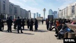 Астананың орталығында наразылық танытып жатқан борышкерлер. Астана, 10 сәуір 2015 жыл.
