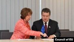 Шефицата на европската дипломатија Кетрин Ештон и српскиот премиер Ивица Дачиќ при потпишувањето на договорот.