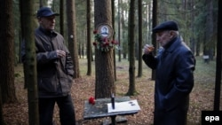 Поминки репрессированного родственника в лесу, где тот был расстрелян. Левашово, Россия, октябрь 2015 г.