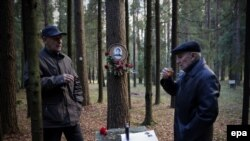 İllüstrasiya. Rusiyada bir kişi qohumunun öldüyü və dəfn edildiyi yerdə araq içir