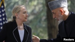 Государственный секретарь США Клинтон и президент Афганистана Карзай на пресс-конференции в Кабуле, 7 июля 2012