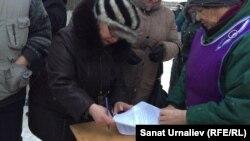 Торговцы подписываются под коллективным обращением на имя акима Уральска. 18 января 2016 года.