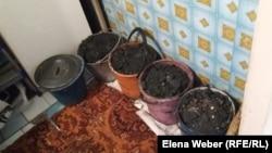 Қарағанды облысындағы көп қабатты үйлердің бірінде тұрған көмір толтырылған шелектер