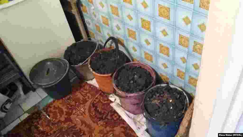 Жители многоэтажных домов стараются запастись углем впрок, храня его в ванной комнате или на балконе. Карагандинская область, 10 января 2017 года.