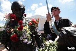 Церемонія відкриття пам'ятника так званим «ввічливим людям», присвяченого російській анексії Криму в березні 2014 року. Сімферополь, червень 2016 року