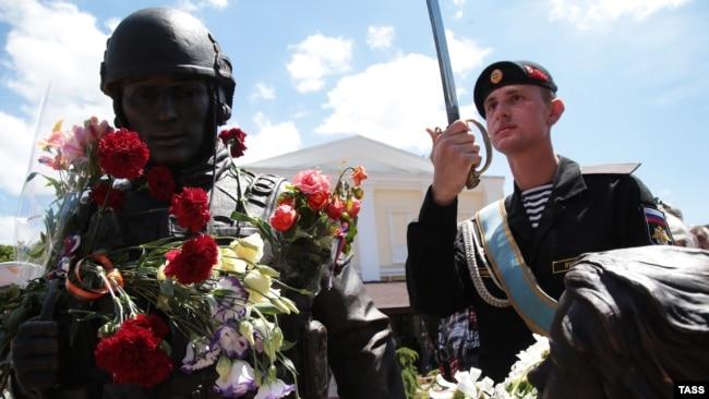 Церемония открытия памятника так называемым «вежливым людям», посвященного российской аннексии Крыма в марте 2014 года. Симферополь, июнь 2016 года