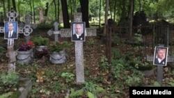 Фотографии политиков на кладбище в Петербурге