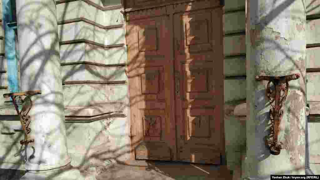 Тут усе старе – двері, колони, тримачі для прапорів