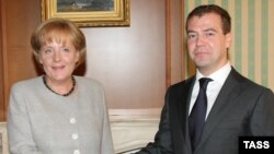 Russian President Dmitry Medvedev (right) and German Chancellor Angela Merkel in Sochi