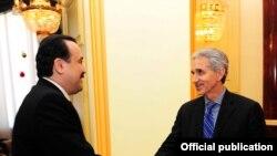 «Азат Еуропа/Азаттық» радиосының президенті Джеффри Гедмин (оң) Қазақстан премьер-министрі Кәрім Мәсімовпен (сол) кездесіп тұр. Астана, 3 желтоқсан 2010 жыл