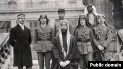 فیصل (که بعدتر پادشاه عراق شد) همراه با لورنس عربستان (نفر سوم از راست) در کنفرانس صلح پاریس