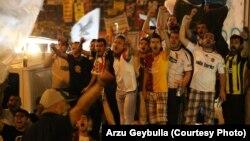 Демонстранттар премьер Режеп Тайып Ердоған үкіметіне қарсы ұрандар айтып тұр. Стамбул, 8 маусым 2013 жыл.