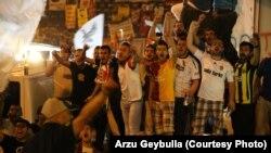 Фанаты стамбульских футбольных клубов болеют за оппозицию
