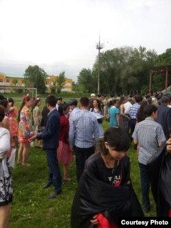Учителя и школьники репетируют мероприятие к 9 Мая — Дню Победы. Алматинская область, 7 мая 2015 года. Фото Айбосына Адырбекова.