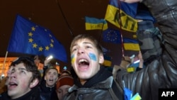 Молодые люди участвуют в акции протеста на Майдане Незалежности в Киеве. 28 ноября 2013 года.