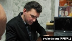 Андрэй Чарнякевіч раздае аўтографы