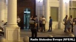 Луѓе се собираат пред седиштето на ВМРО-ДПМНЕ додека се избира нов Извршен комитет