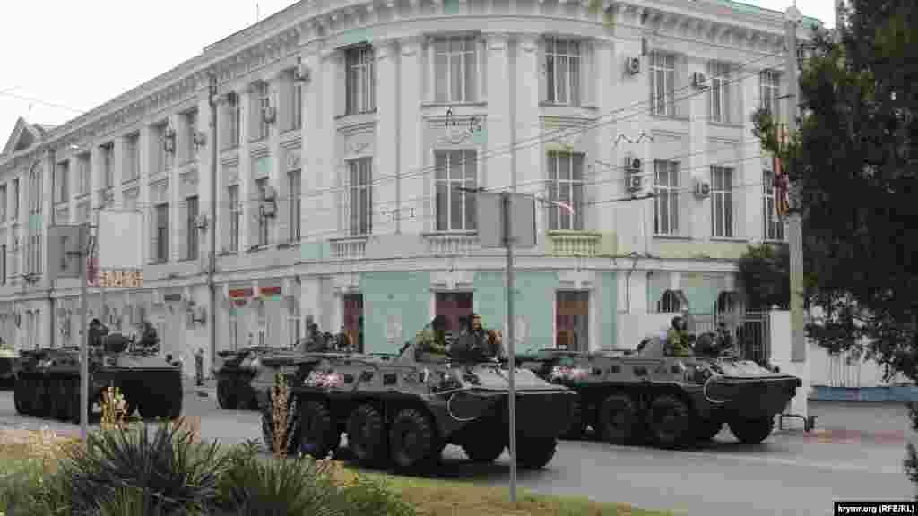 Улицу Кирова, по которой ехала тяжелая военная техника, оцепили полицией и Росгвардией