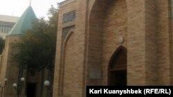 Төле бидің (сол жақта) және шейх Хованд Таур кесенелері. Ташкент, 23 тамыз 2012 жыл.