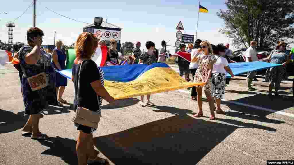 На адмінкордоні з Кримом розгорнули український прапор, 28 серпня 2018 року