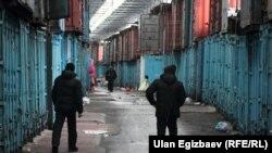 У контейнеров на рынке «Дордой» в Бишкеке. Иллюстративное фото.
