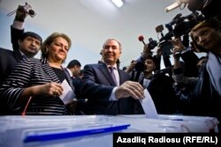Джаміль Гасанлі, кандидат від об'єднаної опозиції, на одній із виборчих дільниць в Баку, 9 жовтня 2013 року