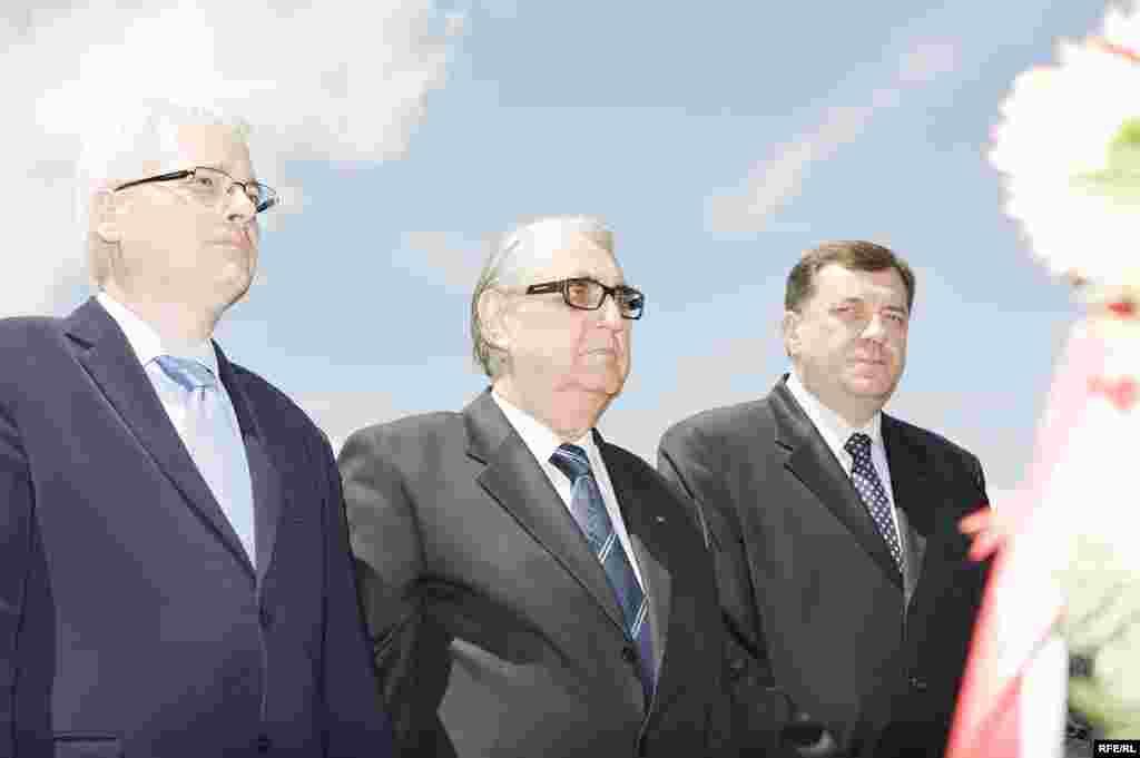 FOTO: BORIS MILJEVIĆ - Predsjednik Hrvatske Ivo Josipović, predsednik RS Rajko Kuzmanović i premijer RS, Milorad Dodik odaju poštu žrtvama u Sijekovcu