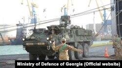 Американские бронемашины разгружают с корабля для участия в учениях Noble Partner 2017 в Грузии