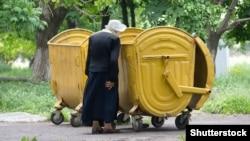 Иллюстративное фото. Пожилая женщина в Макеевке. Май 2015 года