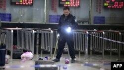 Չինաստան - Ահաբեկչության հետաքննությունը վարող ոստիկանության քննիչը զննում է դեպքի վայրը, Կունմին, 2-ը մարտի, 2014թ․