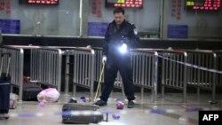 Куньминь қаласының вокзалында, оқиға орнында тұрған полицей.