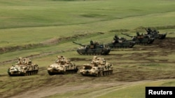 U.S. Abrams tanks on maneuvers (file photo)