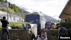 Група мігрантаў адпачывае ў чаканьні цягніка ў Нямеччыну на вакзале Брэнэр на італьянскай мяжы, 28 траўня 2015 году