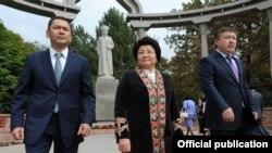 Президент Роза Отунбаева, Жогорку Кеңеш төрагасы Ахматбек Келдибеков жана премьер-министрдин милдетин аткаруучу Өмүрбек Бабанов Курманжан датканын 200 жылдык мааракесинде. Бишкек, 2011-жылдын 7-октябры.