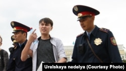 Kazakh police arrest Aslan Sagutdinov in Uralsk earlier this month.