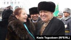 Гульбахрам Жунис - активистка движения «желтоксановцев» (слева), и Серик Сейдуманов (справа), бывший заместитель акима Алматы, депутат парламента, беседуют на церемонии возложения цветов в память о Декабрьских событиях 1986 года. Алматы, 17 декабря 2013 года.