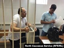Оюб Титиев и адвокат Пётр Заикин в суде
