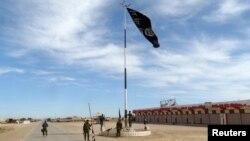 """Иракские военные снимают флаг """"Исламского государства"""" в районе Рамади. Иллюстративное фото."""