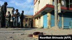 Афганские силы безопасности вблизи места нападения террористов-смертников в городе Джелалабад.