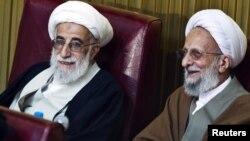 Глава иранского Совета стражей аятолла Джаннати (слева)