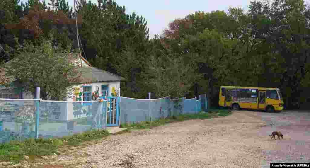 """Dağlıq yerinde bulunğan Tolban (Opuşki) köyünde tek eki soqaq bar. Qırım paytahtından anda avtobusnen barıp çıqmaq mümkün. Turaq inşaatı köyde yoq, amma avtobus yolcularnı """"Opuşki"""" bala sanatoriyi yanında bekley."""