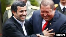 Махмуд Ахмадінеджад (л) і Уго Чавес (п), фото 9 січня 2012 року