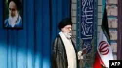 علی خامنهای، رهبر جمهوری اسلامی ایران، در خطبه عید فطر. ۲۹ ژوئیه ۲۰۱۴