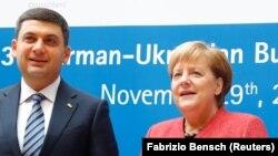 Украинский премьер Владимир Гройсман и канцлер Германии Ангела Меркель на немецко-украинском форуме в Берлине, 29 ноября 2018 года