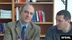 ՀԲ-ի երեւանյան գրասենյակի ղեկավար Արիստոմենե Վարուդակիսը (ձախից) լրագրողների հետ հանդիպմանը
